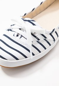 Keds - TEACUP BRETON - Sneakersy niskie - white/navy - 2