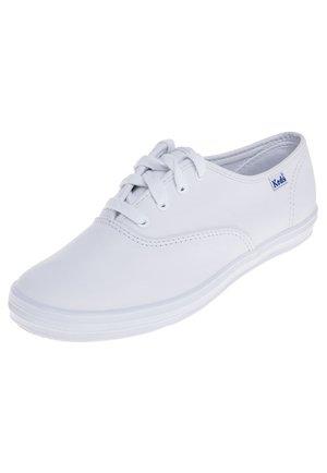 CHAMPION - Volnočasové šněrovací boty - white