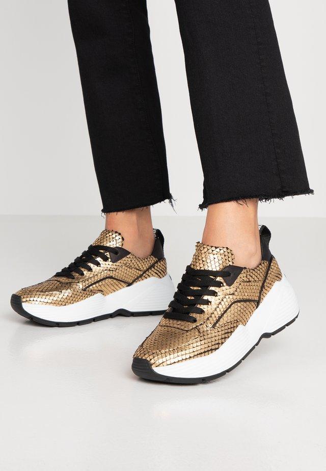 YUKO - Sneakersy niskie - gold/black
