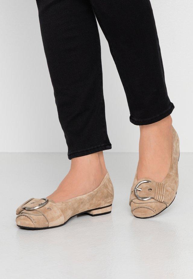 MALU - Klassischer  Ballerina - leone/silver