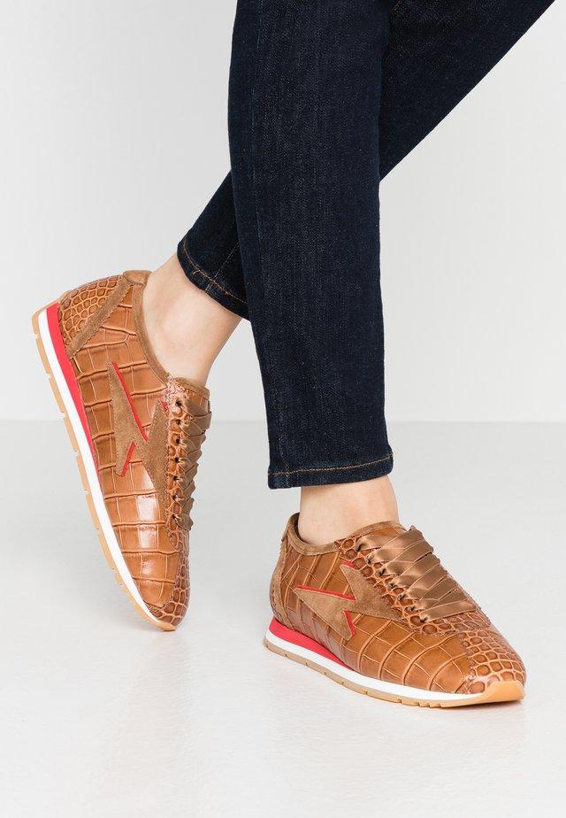 STRIKE - Sneakers - caramel/kirschrot