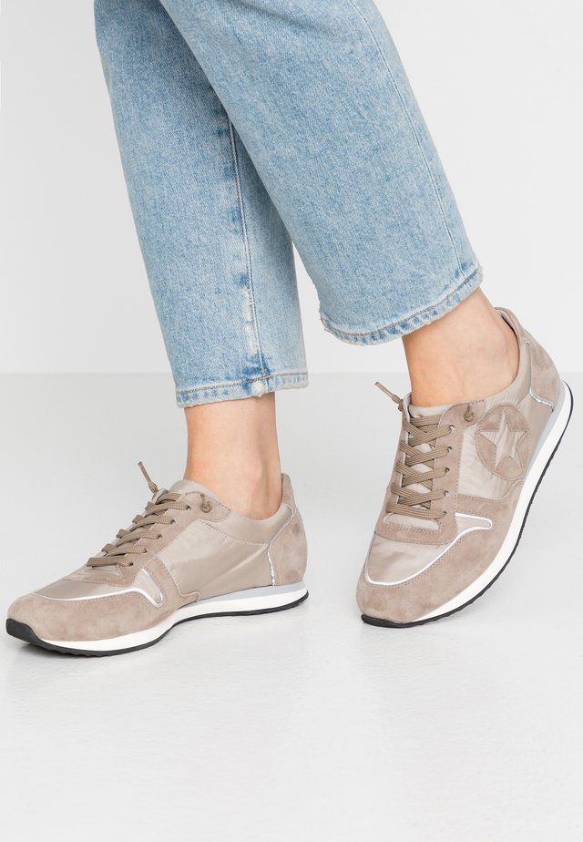 TRAINER - Sneaker low - taupe/grau/weiß