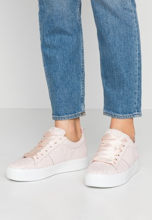 UP - Trainers - rose/weiß
