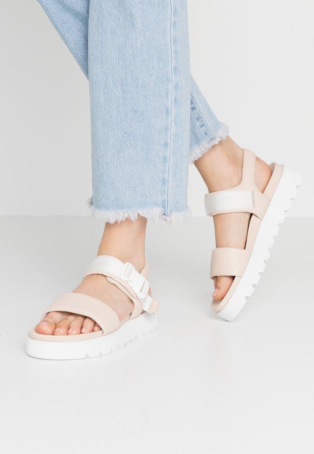 Korkeakorkoiset sandaalit - crema/weiß
