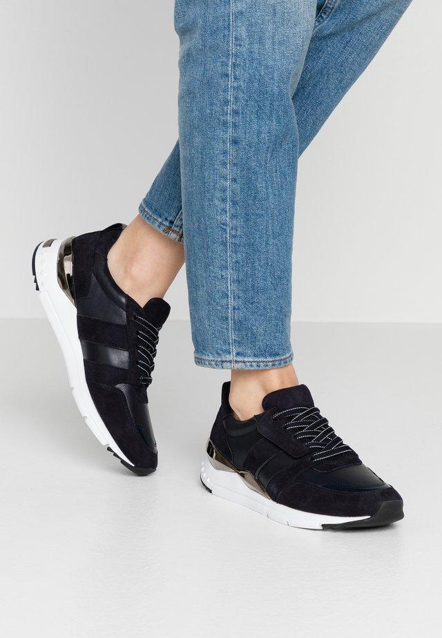 Sneakers laag - ocean/weiß/gun