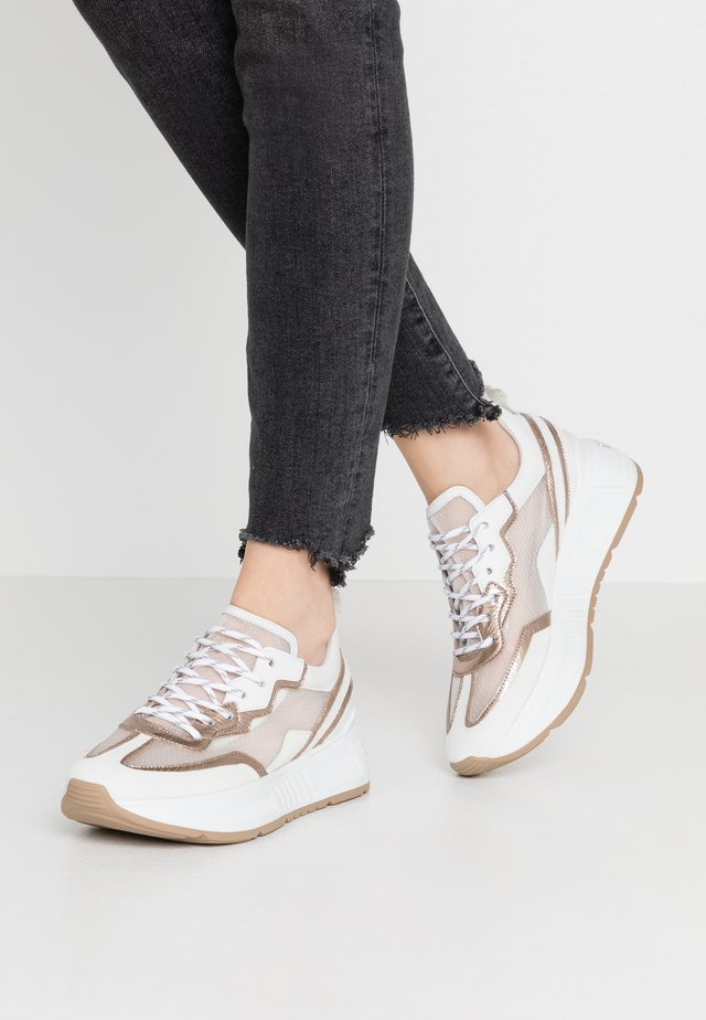 Sneakersy niskie - bianco/gold/weiß/natur