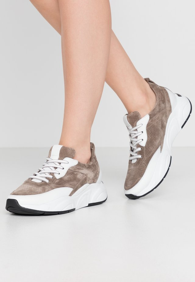 ULTRA - Sneaker low - taupe/bianco