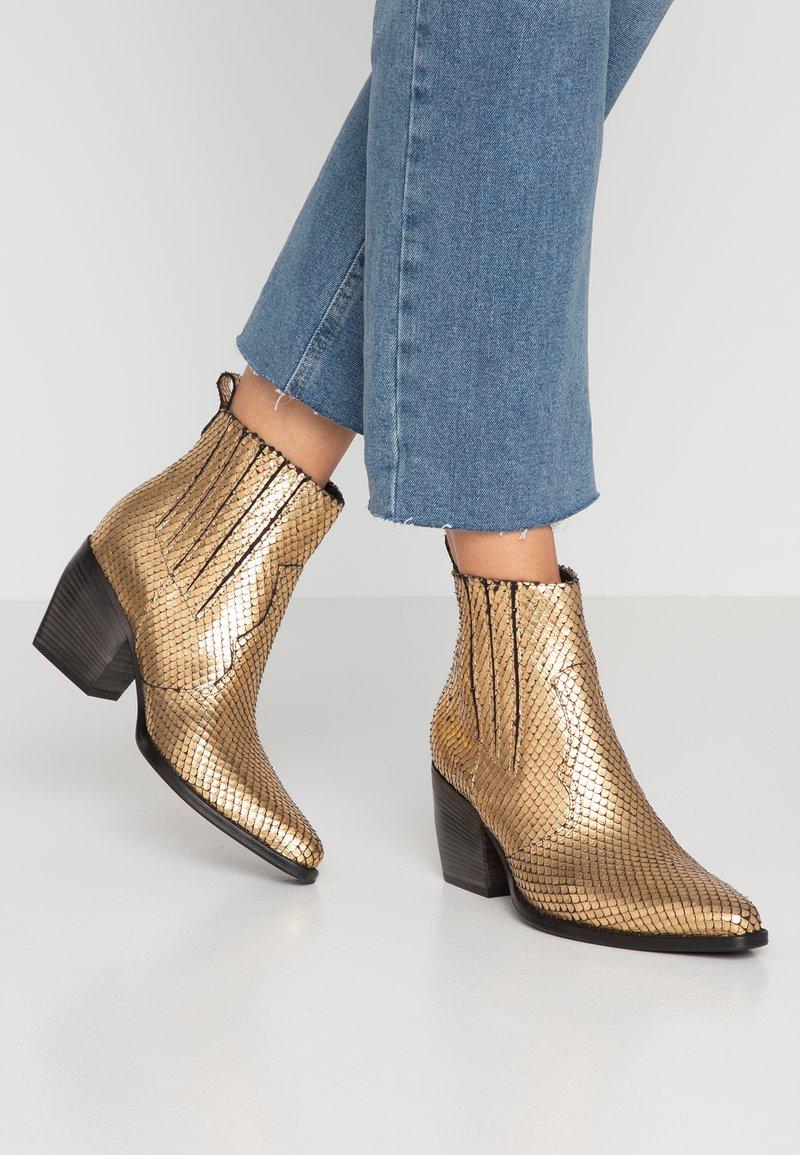 Kennel + Schmenger - LUNA - Boots à talons - gold/schwarz