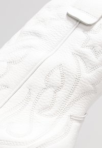 Kennel + Schmenger - CAMILLE - Cowboy/biker ankle boot - white - 2