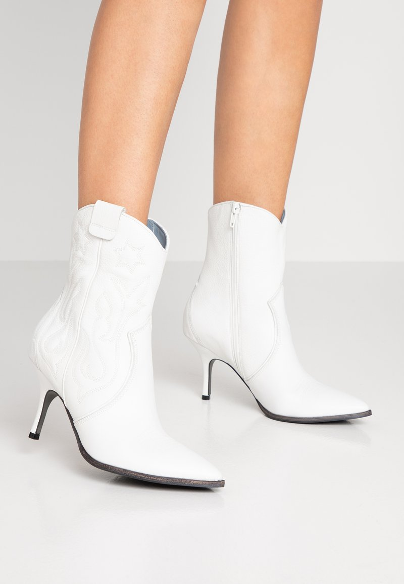 Kennel + Schmenger - CAMILLE - Cowboy/biker ankle boot - white