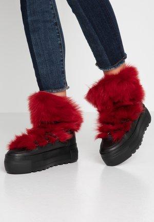 RUSH - Kotníkové boty na platformě - schwarz/red