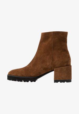 CORI - Kotníkové boty na platformě - bourbon