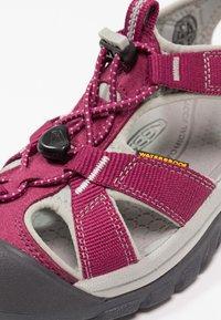 Keen - VENICE H2 - Sandales de randonnée - beet red/neutral gray - 5