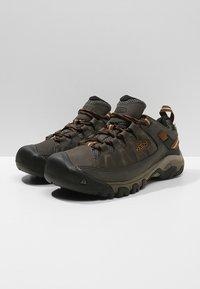 Keen - TARGHEE III WP - Hikingschuh - black olive/golden brown - 2
