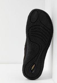 Keen - HOWSER II - Sportieve wandelschoenen - black/steel grey - 4