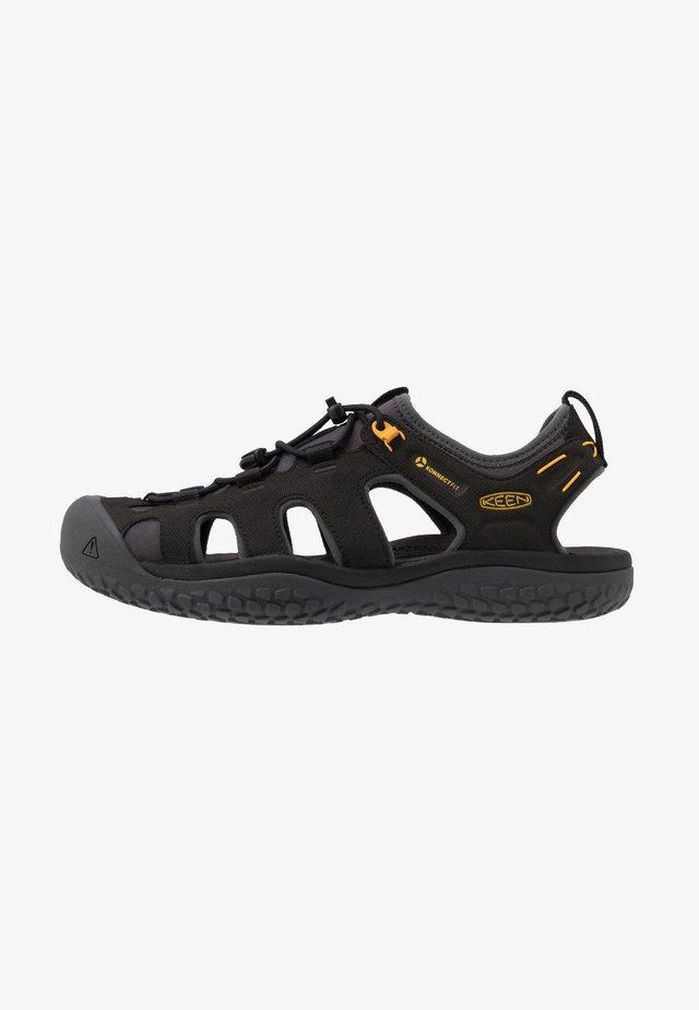 SOLR - Chodecké sandály - black/gold
