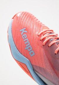 Kempa - WING LITE 2.0 WOMEN - Obuwie do piłki ręcznej - coral/lilac grey - 5