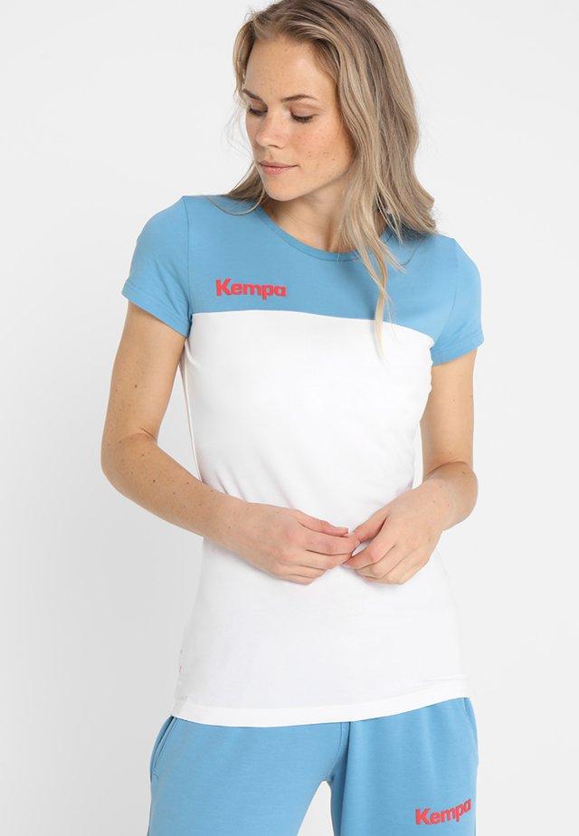 EBBE FLUT WOMEN - T-shirt med print - weiß/dove blau