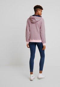 Sea Ranch - DAISY - Jersey con capucha - pink nectar/navy - 2
