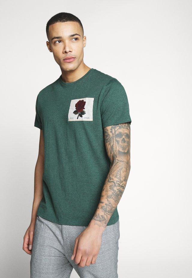 BLACHFORD - T-shirt med print - grass green