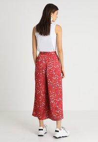 Keepsake - HOLD BACK PANT - Pantalon classique - scarlet - 2