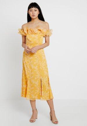 EMBRACE DRESS - Festklänning - golden