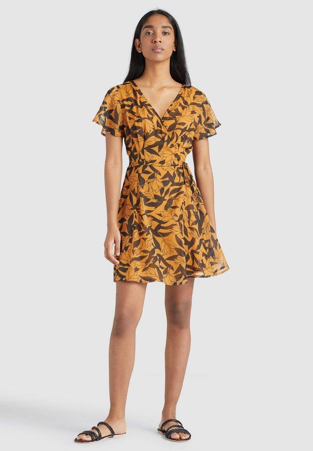 VARVARA - Korte jurk - orange/black