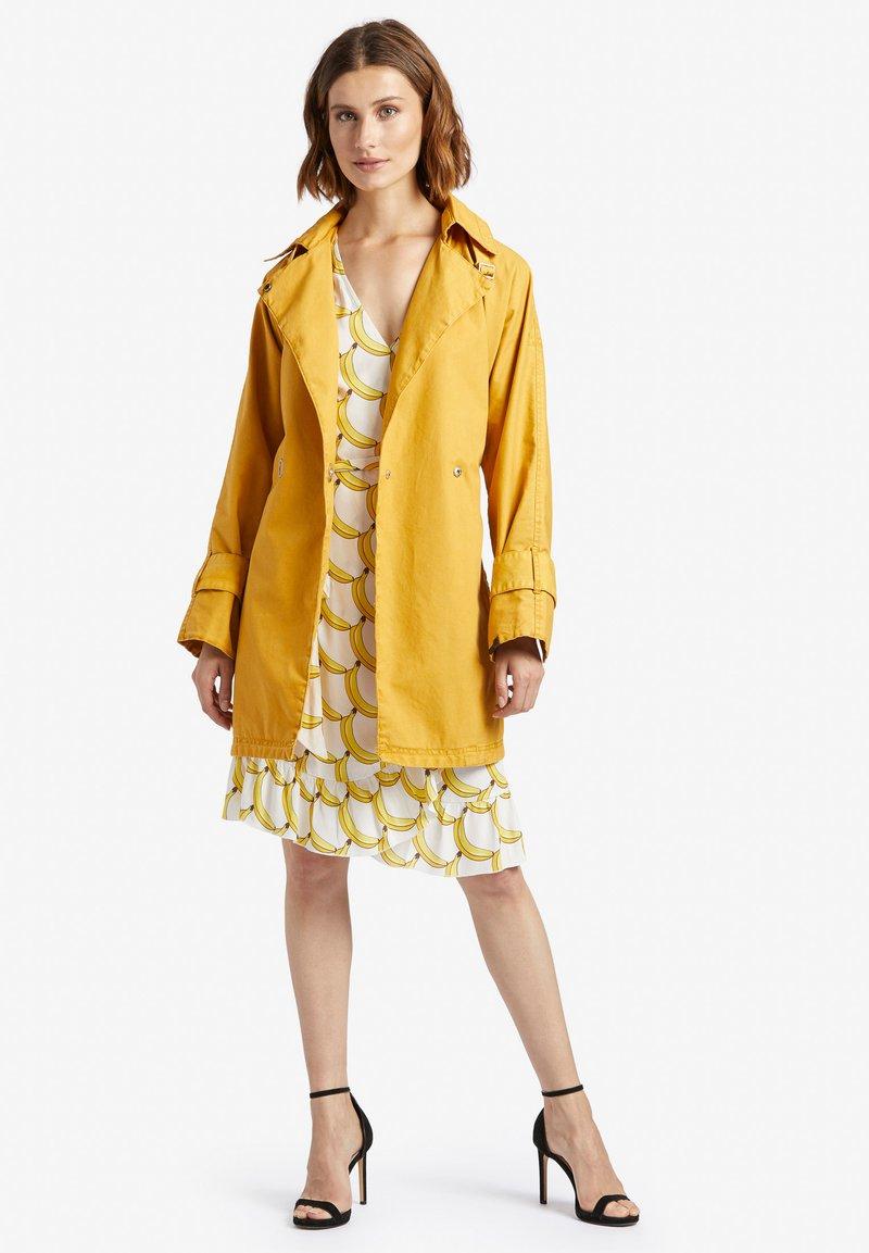 khujo - LUCILLE - Trenchcoat - yellow