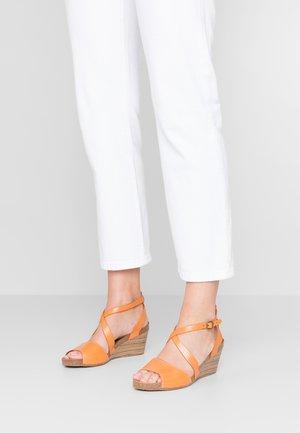 SPAGNOL - Sandály na klínu - orange