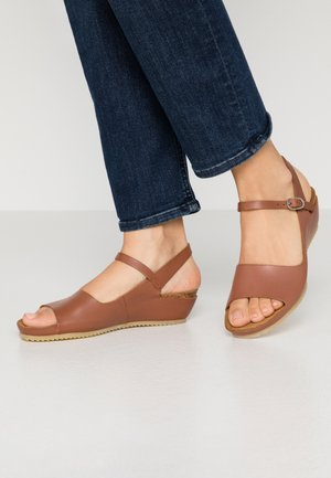 TAKIKA - Sandály na klínu - marron