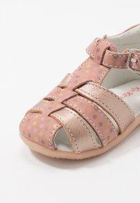 Kickers - BIGFLY - Vauvan kengät - rose - 5