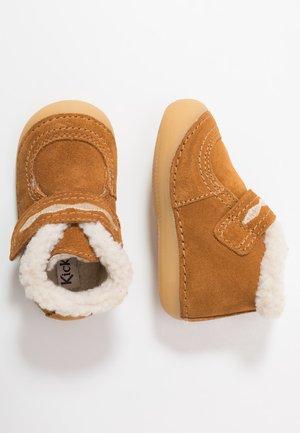 SOETNIC - Sko med burretape - camel