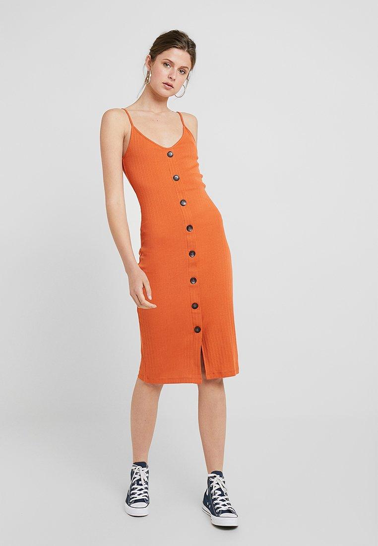 KIOMI TALL - Shift dress - rusty red