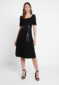 KIOMI TALL - Žerzejové šaty - black - 0