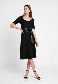 KIOMI TALL - Žerzejové šaty - black - 2