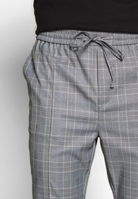 Kings Will Dream - ALDEN SMART JOGGERS  - Spodnie treningowe - grey - 3