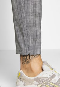 Kings Will Dream - VINCENT SMART JOGGERS IN PRINCE OF WALES - Kangashousut - charcoal - 5