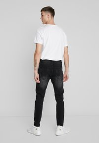 Kings Will Dream - KINGS WILL DREAM ROCKET CARROT FIT JEANS  - Jeans slim fit - black - 2