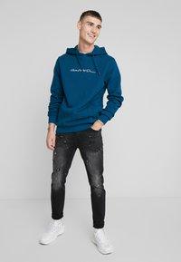 Kings Will Dream - KINGS WILL DREAM ROCKET CARROT FIT JEANS  - Jeans slim fit - black - 1