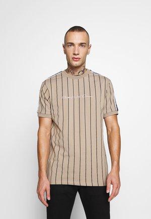 KENSON VERTICAL STRIPE - T-shirts med print - dark sand