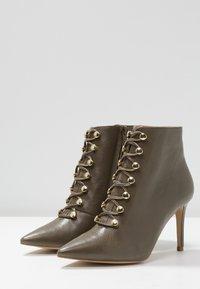 KIOMI Wide Fit - WIDE FIT  - Kotníková obuv na vysokém podpatku - khaki - 4