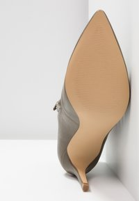 KIOMI Wide Fit - WIDE FIT  - Kotníková obuv na vysokém podpatku - khaki - 6