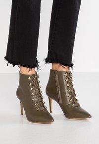 KIOMI Wide Fit - WIDE FIT  - Kotníková obuv na vysokém podpatku - khaki - 0