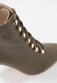 KIOMI Wide Fit - WIDE FIT  - Kotníková obuv na vysokém podpatku - khaki - 2