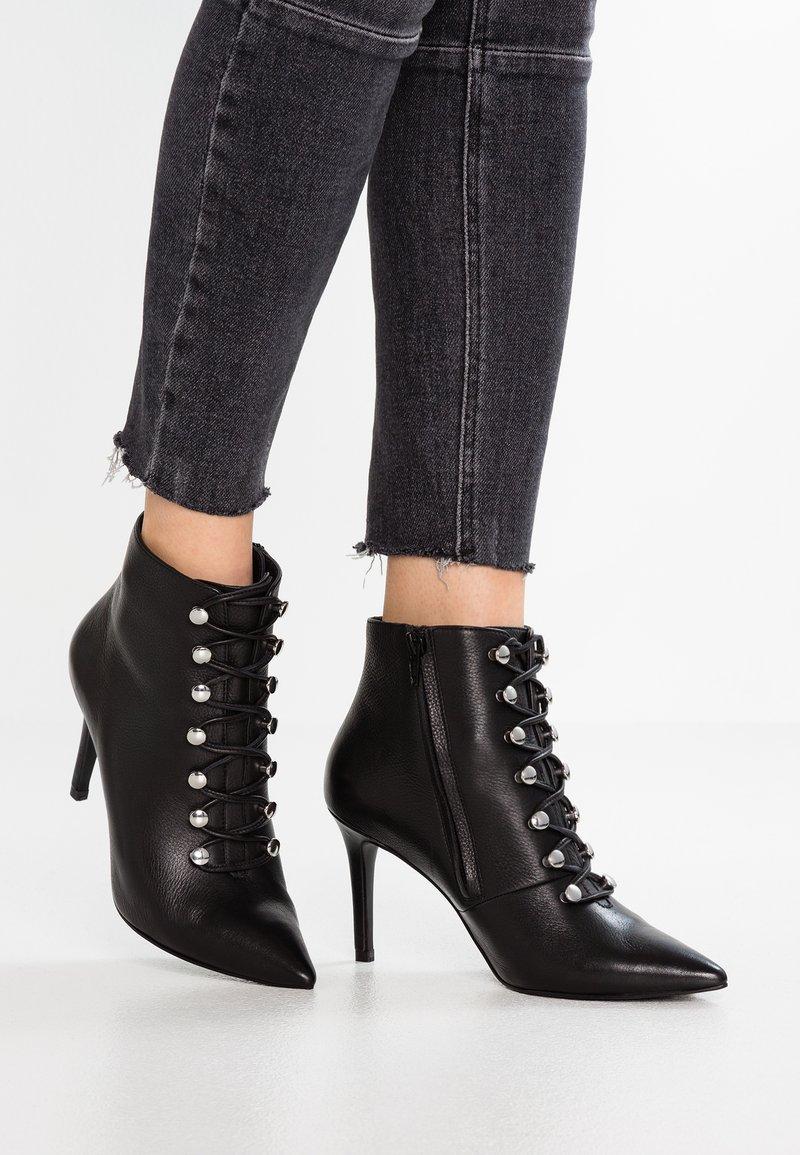 KIOMI Wide Fit - WIDE FIT  - Kotníková obuv na vysokém podpatku - black