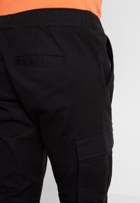 Kiez - CUFFED PANT - Cargo trousers - black - 3
