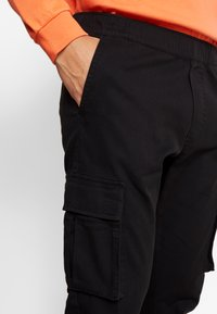 Kiez - CUFFED PANT - Cargo trousers - black - 5