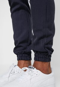 Kiez - SMART - Pantalones - navy - 3