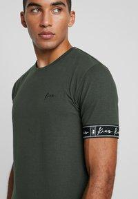 Kiez - CUFFED TEE - T-shirt imprimé - dark khaki - 4