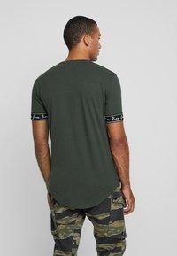 Kiez - CUFFED TEE - T-shirt imprimé - dark khaki - 2